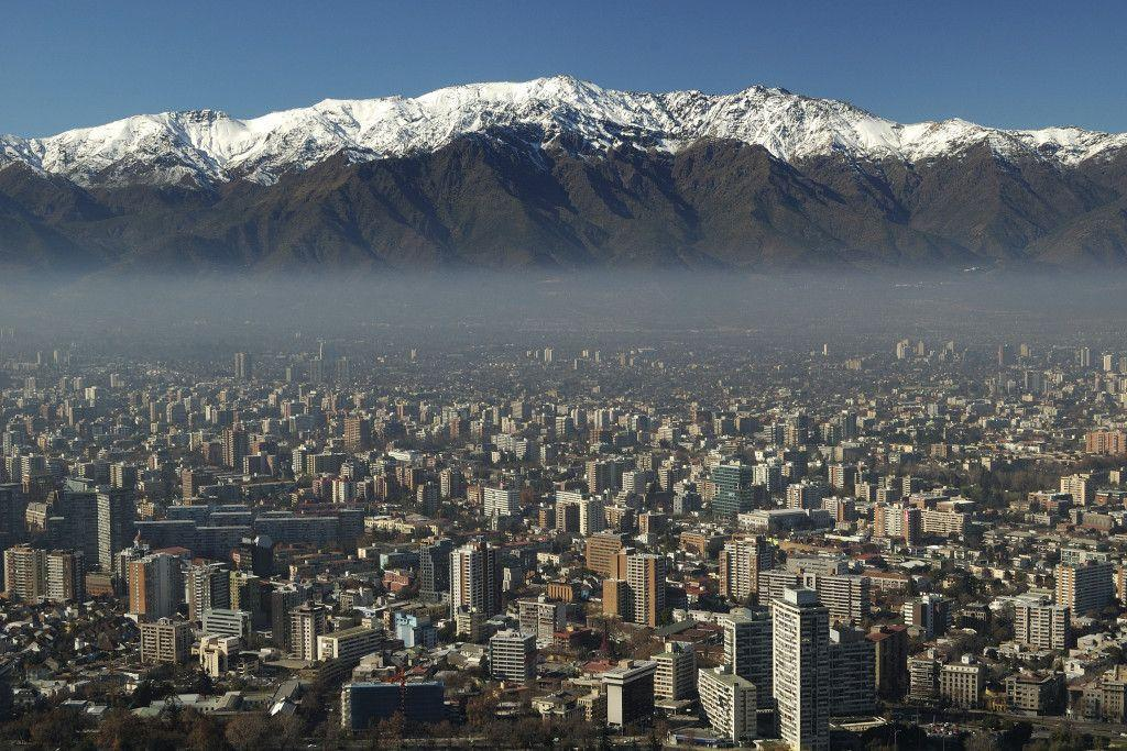 Vista da cidade de Santiago no Chile, ao fundo a Cordilheira dos Andes. Foto: Getty Images.