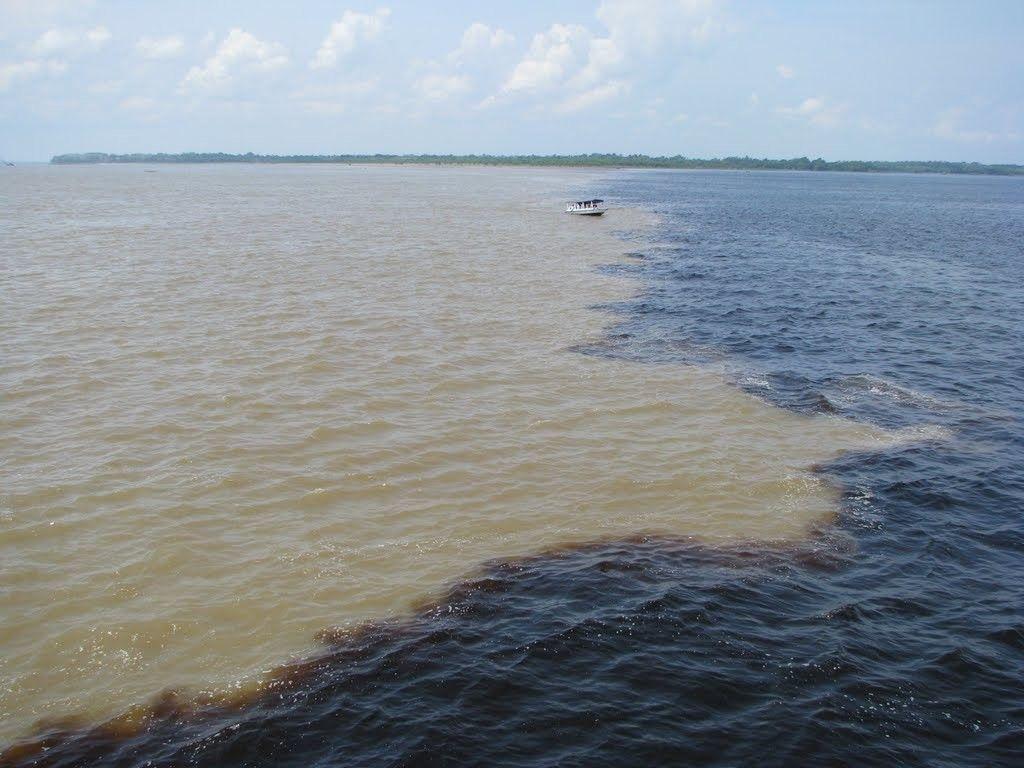 Encontro das águas do Rio Negro com Rio Solimões.