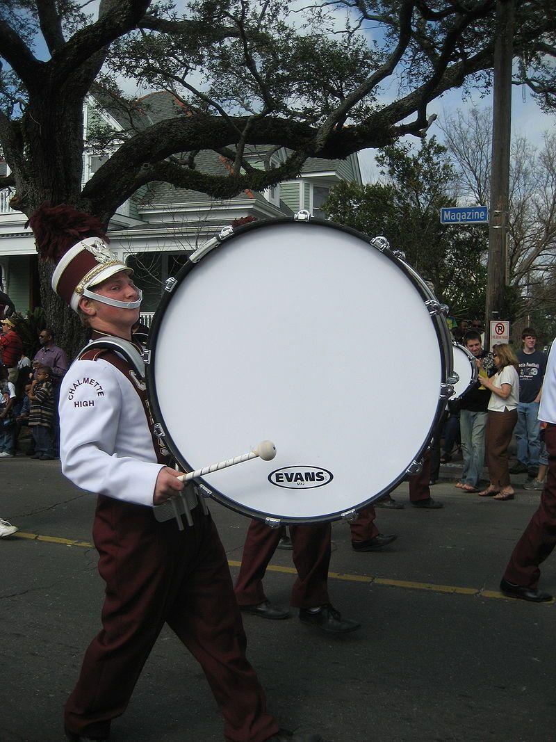 Um tambor produz som por meio de uma membrana vibrante. Imagem: Wikimedia Commons.