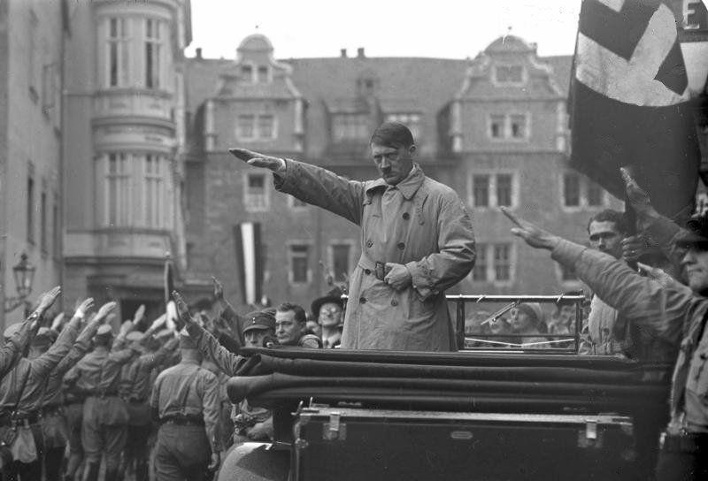 Hitler durante comício do partido Nacional Socialista alemão. Imagem: Wikimedia Commons.