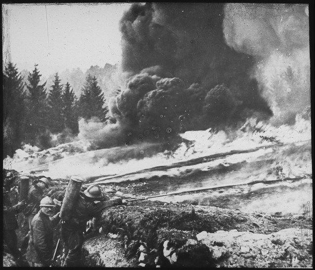 Soldados franceses em ataques com gás e lança-chamas contra alemães entrincheirados na região de Flandres (Bélgica). Imagem: Wikimedia Commons.