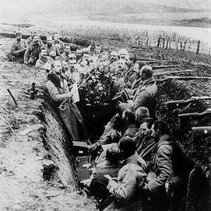 Trincheira cavada durante a Primeira Guerra Mundial. Imagem: Wikimedia Commons.