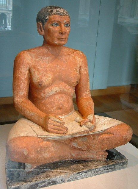 Estátua de um escriba sentado.