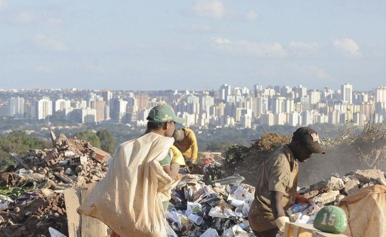 Trabalhadores no lixão em Brasília.