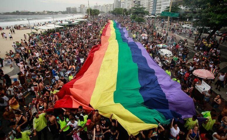 Para do orgulho LGBT+ no Rio de Janeiro, uma representação do movimento LGBT+