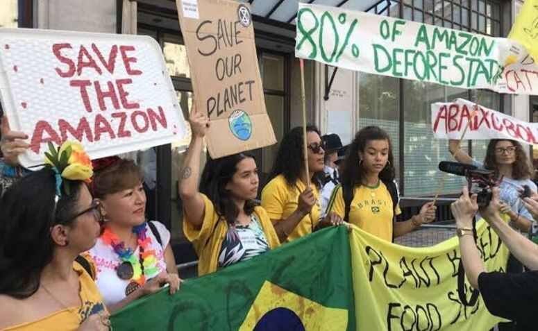 Imagem do protesto em frente Embaixada brasileira em Londres. Amazônia Real.