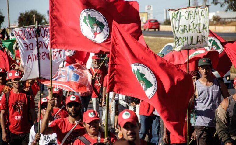 Movimento dos Trabalhadores Rurais Sem Terra (MST). por Juliana Adriano.